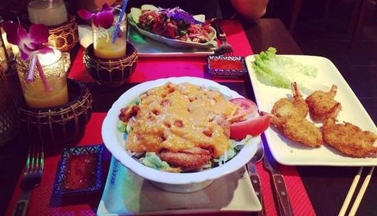 Chelles, France: Salade au poulet croustillant - beignet de crevette - salade au boeuf.