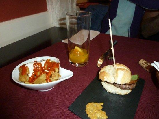 Somera : patatas bravas y mini hamburguesa