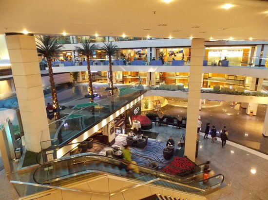 Regal Airport Hotel: Part of the lobby 4