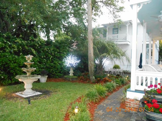 Bayfront Westcott House Bed & Breakfast: front garden