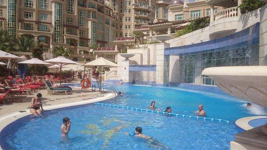 Al Murooj Rotana: Pool area