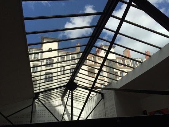 Chambres d'hotes Loft Vintage Lyon : skylight of the living room