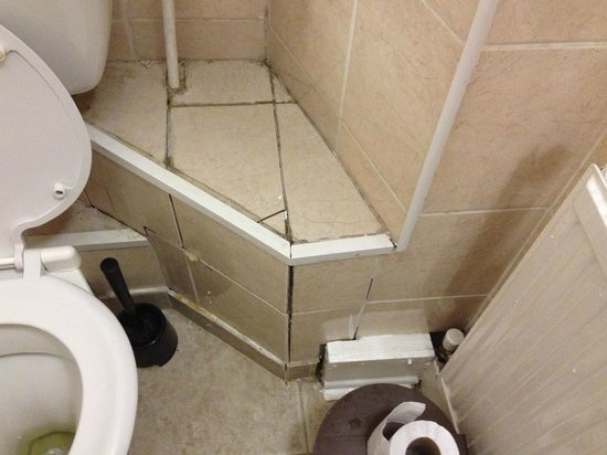 Goodwood Hotel: Tiling by toilet