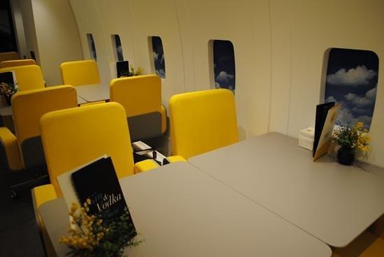 Hotel Vueling BCN by Hc : бар, стилизованный под салон самолета