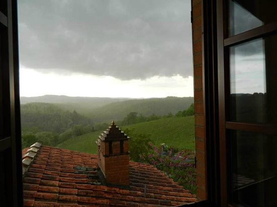 Le Tre Stelle: View from our room over green Tuscan hills