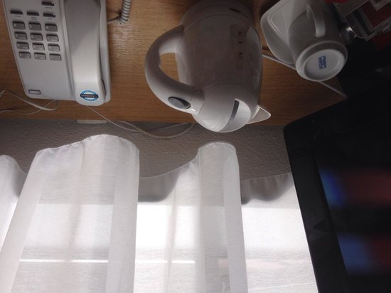 Campanile Birmingham: TV / kettle next to curtain??