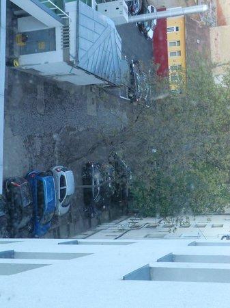 Plaza V & Plaza V Executive Hotel: Закрытая парковка во дворе отеля