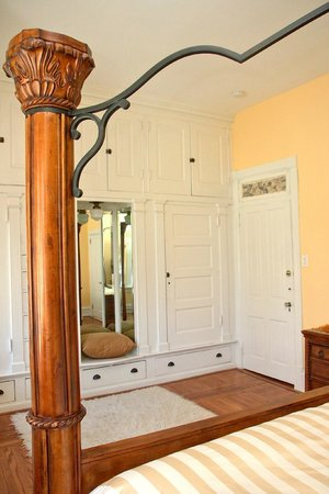 Pearl's Place Bed & Breakfast : Diamond Suite--Cabinets in the Master Bedroom
