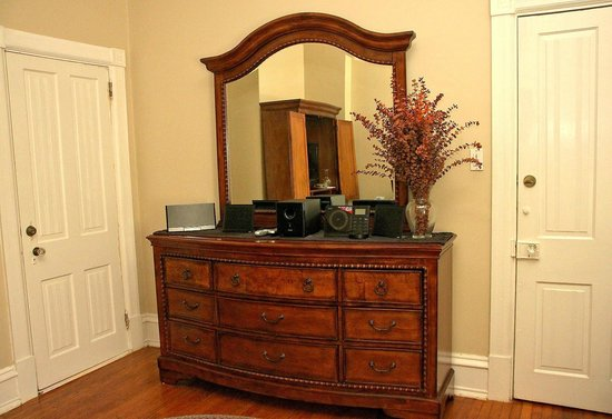 Pearl's Place Bed & Breakfast : Diamond Suite Sitting Room Furniture