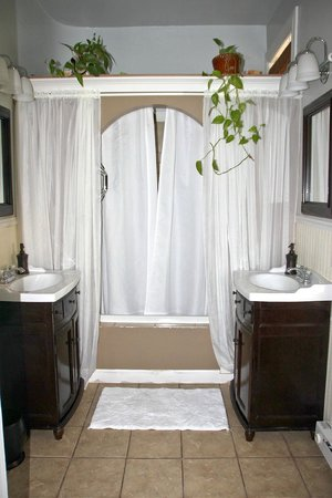 Pearl's Place Bed & Breakfast : Diamond Suite bath