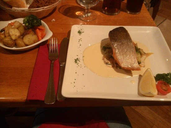 Davitts Restaurant : Salmon and side dishes