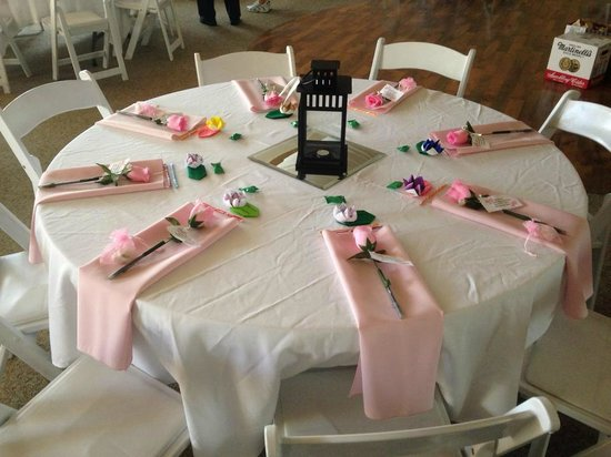 Power's Mansion Inn: Pink table with the washed tablecloth