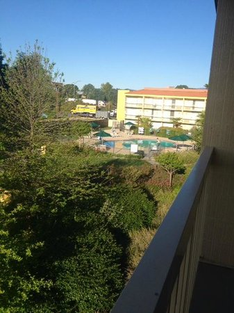 La Quinta Inn & Suites Redding: Third floor room. The freeway is right behind the hotel