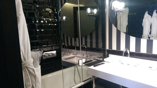 The Ampersand Hotel: Luxurious bathroom