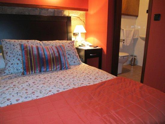 Hotel Semaforo de Bares: Habitación y vista de la entrada al baño