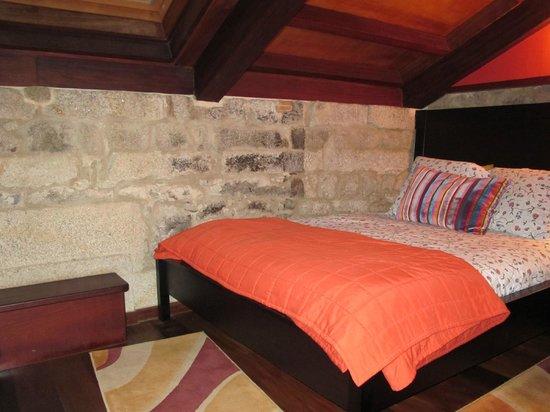 Hotel Semaforo de Bares: A los pies de la cama hay un banquito junto a la pared para subirte y ver el exterior por la ven