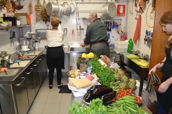 Cooking Classes in Rome : Washing hands for preparation to begin