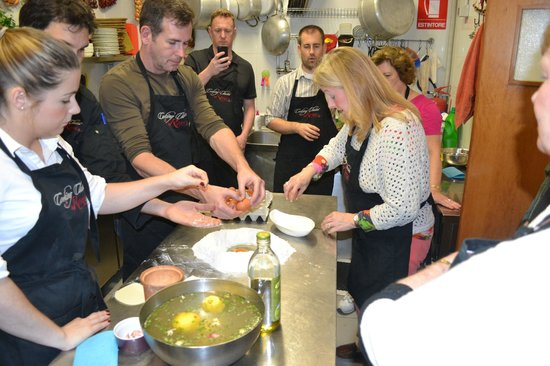 Cooking Classes in Rome : Sprinkles of flour from the mound to the eggs...