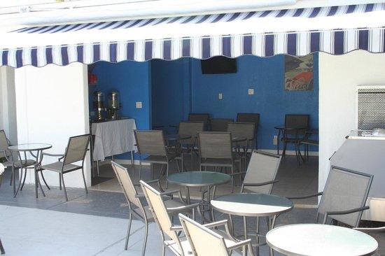 POSH Palm Springs Inn: Dining area