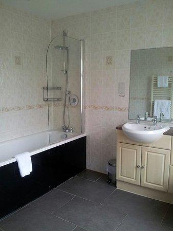Hallmark Hotel Spa and Leisure Club: Large  bathroom. Tired decor