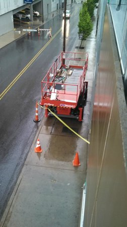 The Capitol Hotel Downtown Nashville : Blocked sidewalks with construction equiptment