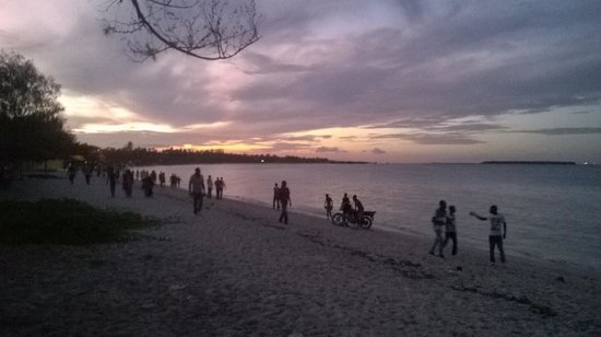 Kipepeo Beach Village: Beach area after sunset
