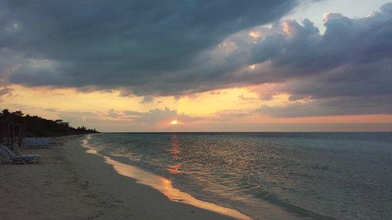 Memories Flamenco Beach Resort : coucher de soleil