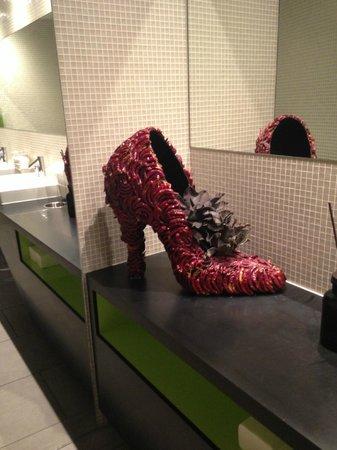 Hotel Belvoir Swiss Quality: Необычная туфля в общественной дамской комнате