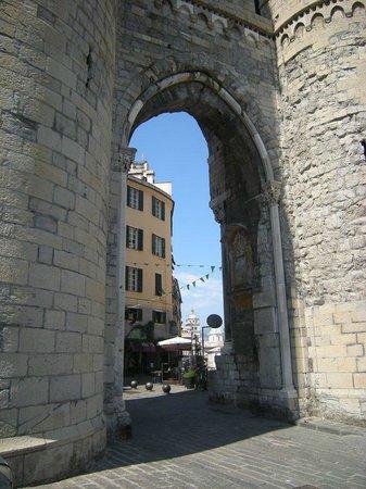 Torri di Porta Soprana: arco che unisce le torri