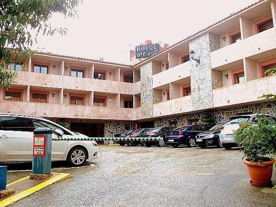 Hotel Dona Blanca: Vista exterior del hotel y de la zona de aparcamiento.