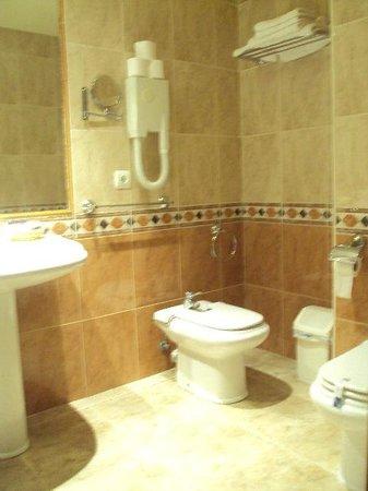 Hotel Dona Blanca: Baño de habitación doble estándar.