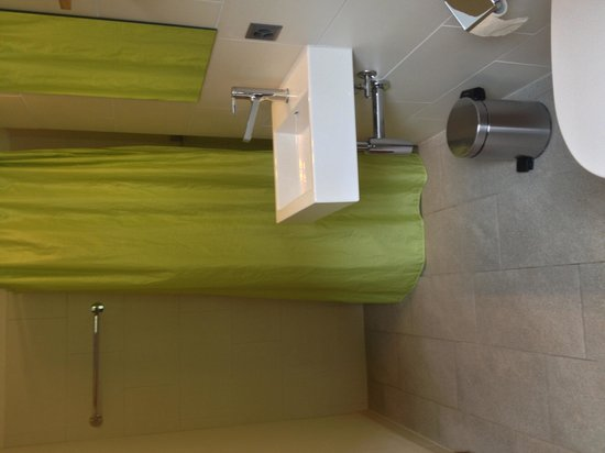 Interlaken Youth Hostel: Another angle of the bathroom
