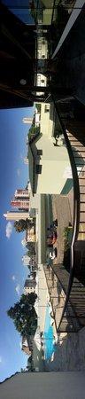 San Rafael Hotel: Piscina y estacionamiento