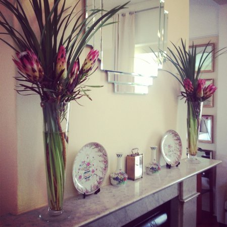 Liberty Lodge: Protea on the mantle