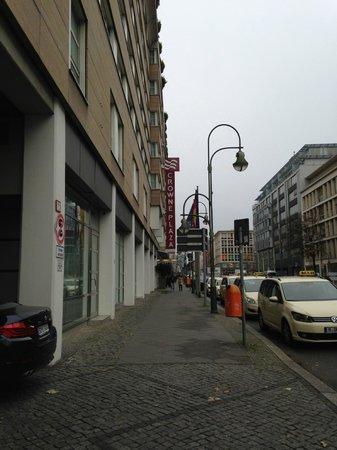 Hotel Crowne Plaza Berlin City Centre: Улица, на которой расположен отель