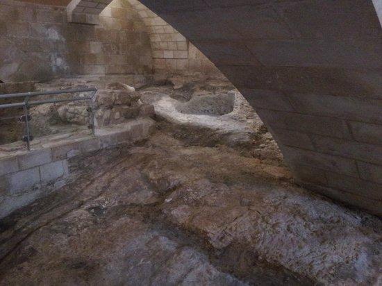 St. Joseph Church: Gruta debajo de la cripta.