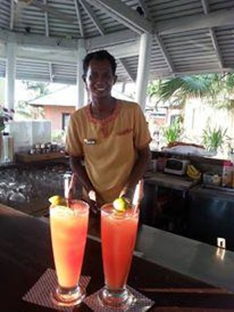 Saboey Resort and Villas: Oil the barman with our cocktails