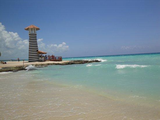 Iberostar Hacienda Dominicus: Linda playa, cuidado con los pozos y las piedras que estan ni bien entran al mar.