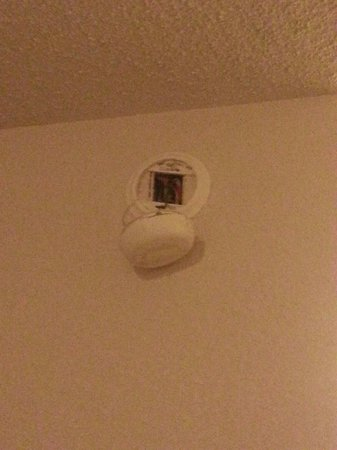 Red Roof Inn Harrisburg Hershey: Smoke detector hanging off the wall