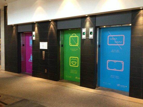 Alt Hotel- Toronto Airport: Elevators