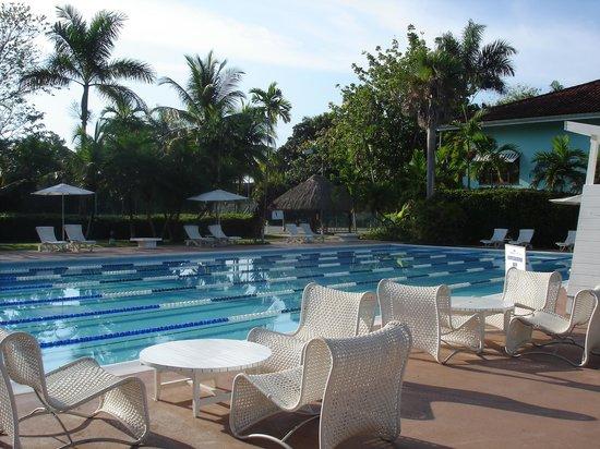 Couples Swept Away : lap pool
