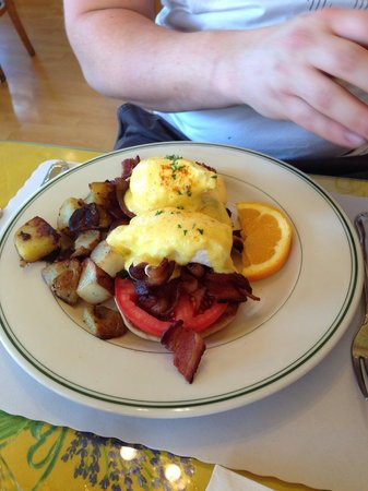 Mama's on Washington Square : Benedicts eegs with crispy bacon!