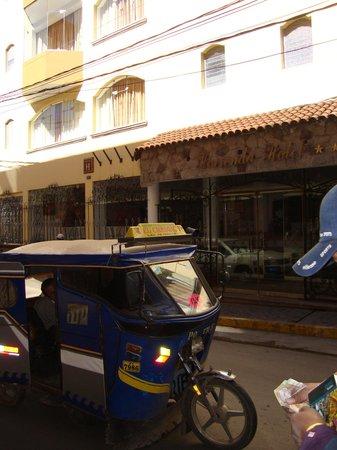 Hotel Hacienda Puno : taxi moto en la puerta del hotel