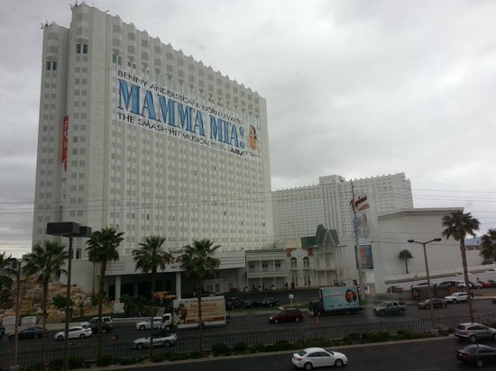Tropicana Las Vegas - A DoubleTree by Hilton Hotel : View from the parking lot