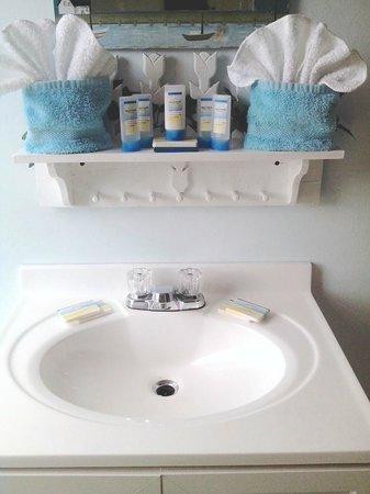Blue Whale Inn: FULL BATHROOM IN EVERY ROOM/SUITE