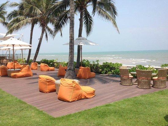 Sheraton Hua Hin Resort & Spa: Lounge overlooking the beach
