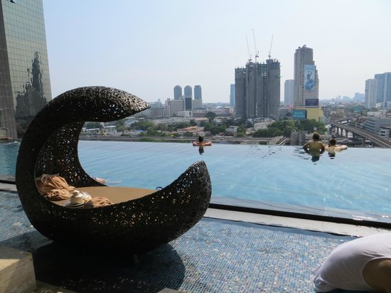 Eastin Grand Hotel Sathorn: infinitely pool 14th floor, view of Bangkok