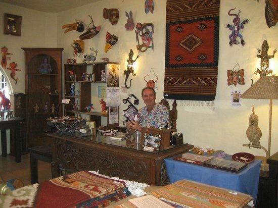 Lucy's CuCu Cabaña: Gil Gevins.