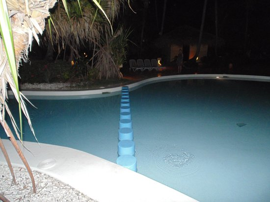 Melia Caribe Tropical : The short-cut across the pool - watch your step!
