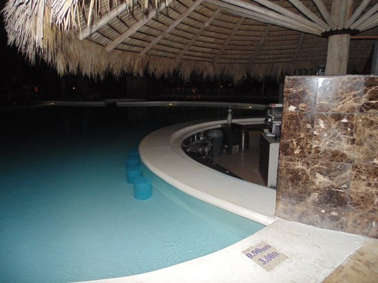 Melia Caribe Tropical : Pool bar at The Level-Adults Only was quiet at night